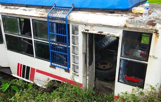 Laka Tunggal Mobil Bus Jatuh ke Parit di Desa Tonang Sengah Temila