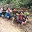 Lelah Usai Bekerja, TNI Ini Pijat Berantai bersama  Warga