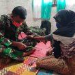 Keakraban dan Rasa Kekeluargaan Tim Kesehatan TMMD Kodim Aceh Barat Mengobati Warga
