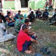 Terlihat Akrab, Duduk Santai Bersenda Gurau Bersama Satgas TMMD Kodim Aceh Barat