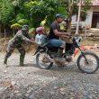 Satgas TMMD Aceh Barat Sigap Bantu Warga Melintasi Jalan Rusak dan Berbatu