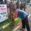 Langgar Protokol Kesehatan, Belasan Warga Padang di Sanksi Membersihkan Jalan