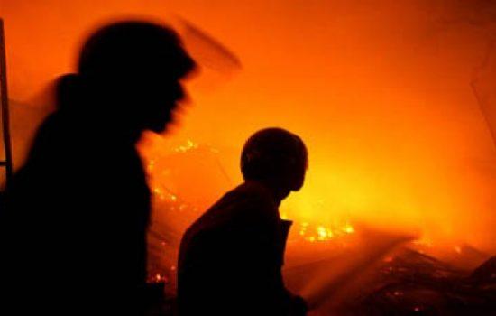 14 Unit Mobil Damkar dan 50 Personel Padamkan Kebakaran di Pasaraya Manggarai