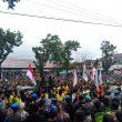 Diguyur Hujan,  Massa Demo Tolak UU Cipta Kerja Di Padang Terus Bertambah Capai Ribuan