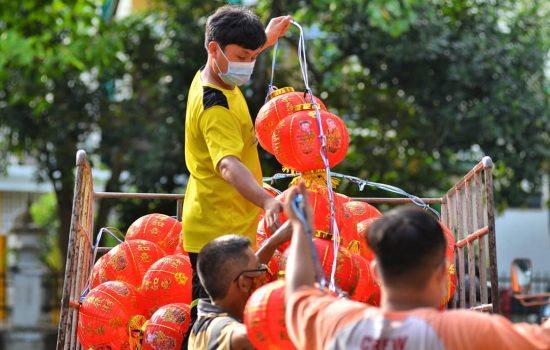 Warga mengemaskan lampion yang hendak dipasang disejumlah sudut kota Pontianak,Kalimantan Barat belum lama ini. Suasana imlek 2021 semakin terasa meski ditengah pandemi Covid-19, namun tahun ini sejumlah kegiatan perayaan ditiadakan.SUARAKALBAR.CO.ID/Diko Eno