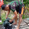 Warga Kagum, Anggota Satga TMMD Cucui Baju Sendiri