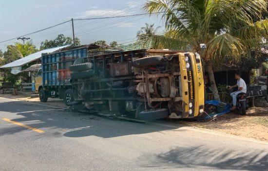 Truk Muatan Biji Kopi Tergelincir di Selakau, Sambas