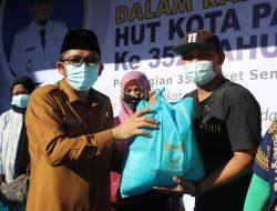 Terdampak Covid-19, Pemko Padang Serahkan Bantuan Sembako Bagi Buruh Angkat, PKL dan Pedagang Pasar