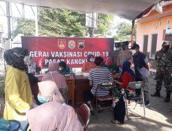 Sambut Harlah Kecamatan Kangkung, Forkompicam Gelar Vaksinasi Pedagang di Pasar